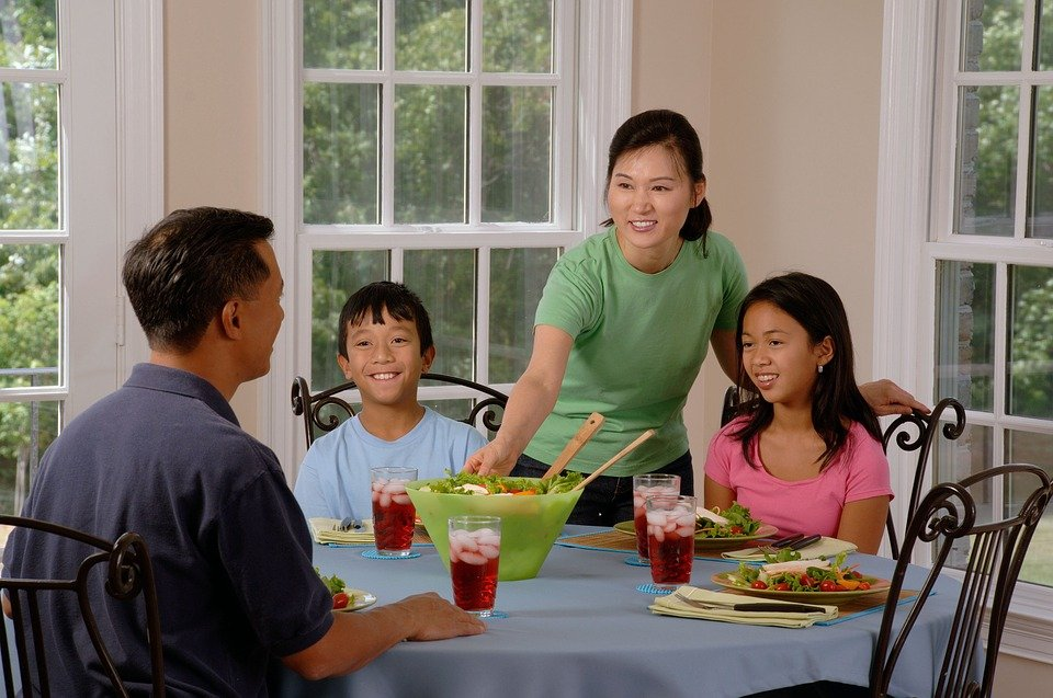 family-eating-at-the-table-619142_960_720.jpg